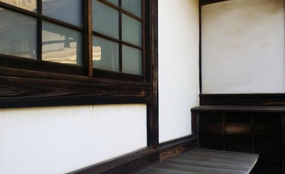 近所のお寺。外壁にヒビがありますね~