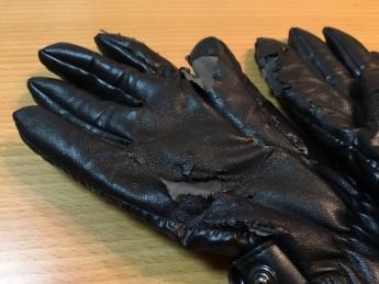 ボロボロと剥がれ落ちる手袋の表面