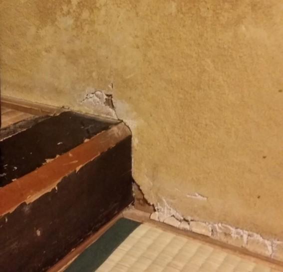 塗り壁のきわ、崩れてきていました~