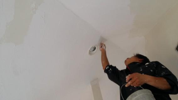 即席の三角のコテで天井の隅を仕上げる