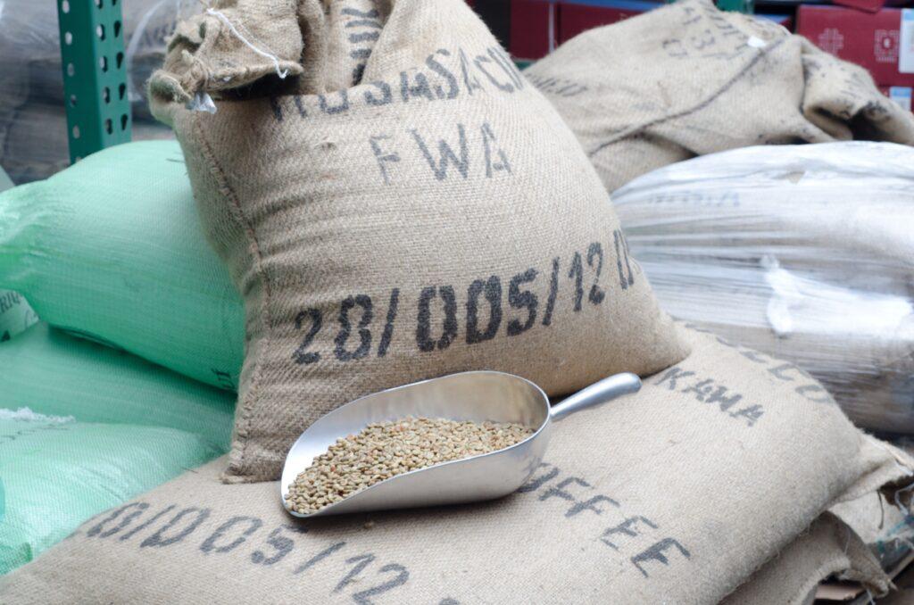 コーヒー豆と麻袋