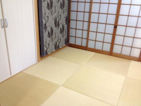 ヘリ無し畳に観音開きの棚、仏壇目隠しを取り入れればスタイリッシュな部屋に