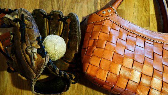 革のグローブとバッグ