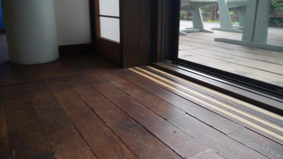 色褪せて素敵に成長した窓辺の床