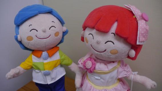 アトピッコハウスのキャラクター「オハナ」と「マール」もいつも笑顔!
