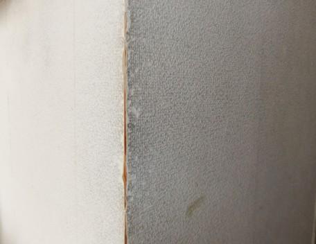 ビニールクロスは薄いので、こすれや破れですぐに下地が見えてしまう