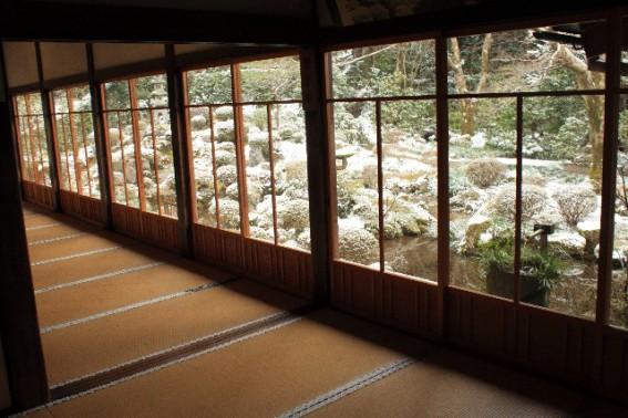 結露対策なら、自然素材の家か高気密住宅か