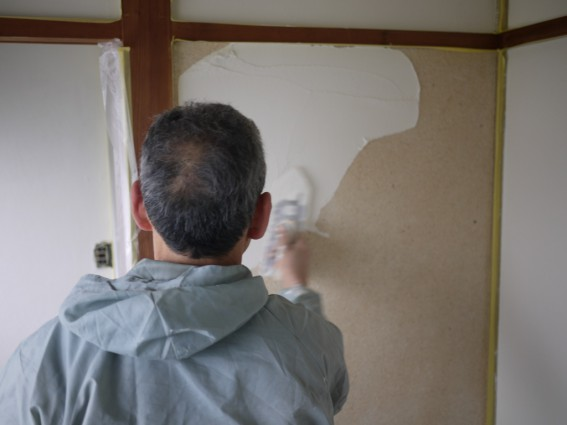 砂壁も漆喰も一旦剥がす